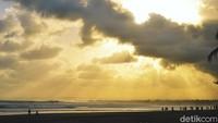 Cahaya kuning yang kuat menyapu hamparan pasir. Biru langit memantul di air laut. Kontrasnya menyuguhkan panorama yang indah.
