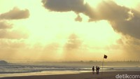 Menjelang musim kemarau boleh jadi merupakan saat yang tepat untuk berlibur ke pantai. Langit terlihat lebih cerah. Suasana petang menjelang matahari terbenam terasa lebih dramatis.