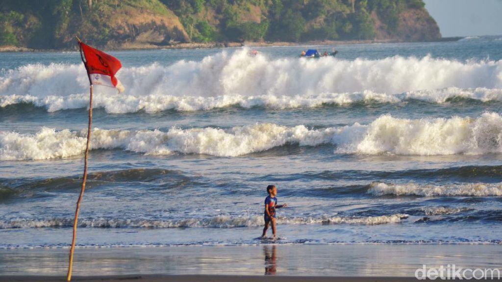 Usai Gempa M 5,6, Pengunjung di Pantai Pangandaran Masih Ramai