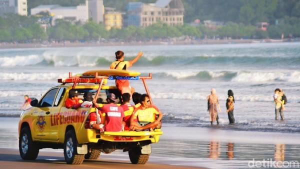 Sementara itu pantauan detikcom, tingkat kunjungan wisatawan ke pantai Pangandaran berangsur mulai pulih. Setidaknya hal itu terlihat dari ramainya kehadiran wisatawan kendati di hari kerja atau akhir pekan.