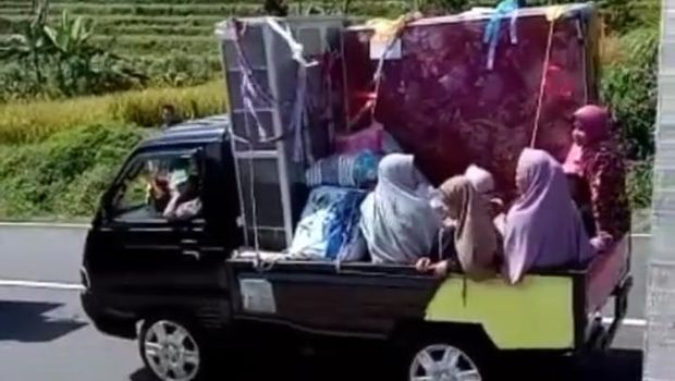 Iring-iringan mobil membawa barang seserahan bak sultan di Batang, Selasa (28/7/2020).
