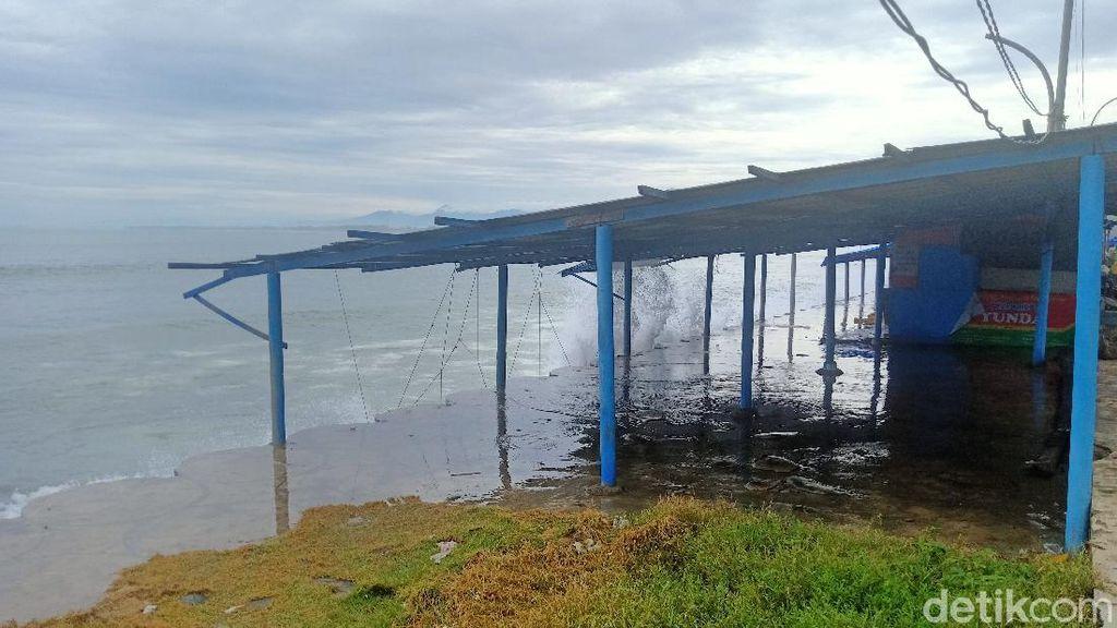 Gelombang di Perairan Bengkulu Capai 5 Meter, Nelayan Diimbau Tak Melaut