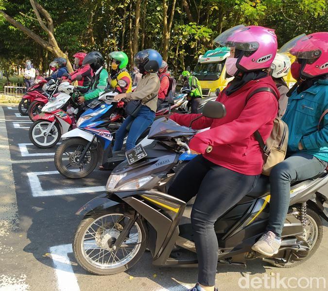 Marka jaga jarak yang berada di traffic light depan Artos Mal Magelang mulai diujicobakan kepada pengendara sepeda motor.