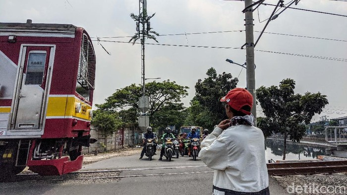 Masih banyak perlintasan kereta api di DKI Jakarta yang tidak memiliki palang pintu. Seperti yang terlihat di Jl Kembangan Baru, Jakarta Barat, ini.
