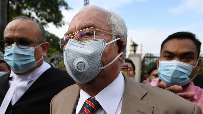 Malaysias former prime minister Najib Razak (C) arrives at the Duta Court complex awaiting a verdict in his corruption trial in Kuala Lumpur on July 28, 2020. - A Malaysian court will hand down its verdict in Najib Razaks first corruption trial on July 28 following a long-running case probing the former prime ministers role in the multi-billion-dollar 1MDB scandal. (Photo by Mohd RASFAN / AFP)