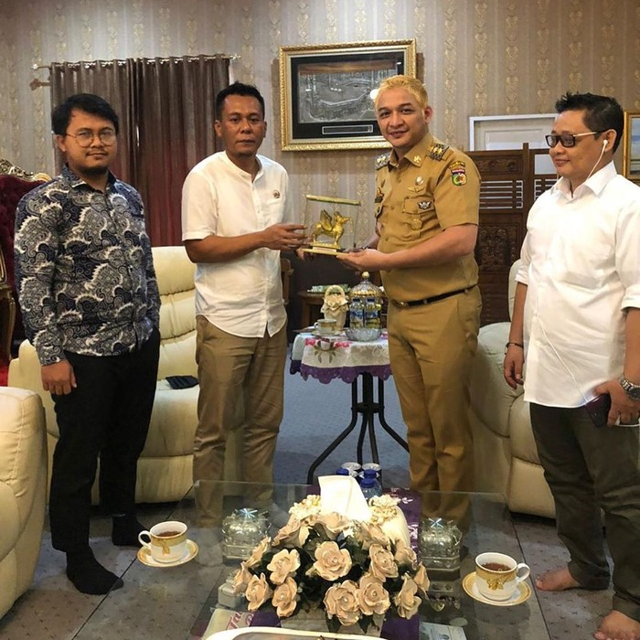 Penampilan Wakil Wali Kota Palu Sigit Purnomo Syamsuddin Said atau Pasha 'Ungu' berseragam PNS-rambut pirang.