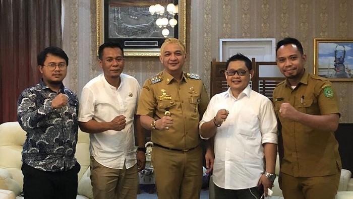 Penampilan Wakil Wali Kota Palu Sigit Purnomo Syamsuddin Said atau Pasha Ungu berseragam PNS-rambut pirang.