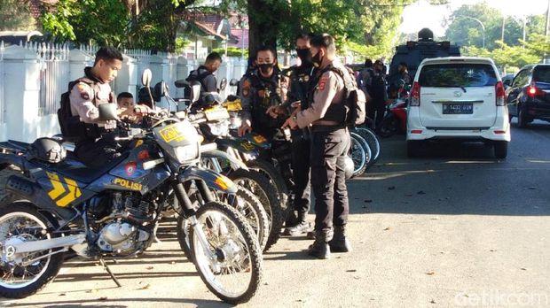 Personel TNI, Polri, hingga Satpol PP bersiap melakukan pengosongan Stadion Mattoanging dari Rujab Gubernur Sulsel (Hermawan-detikcom).