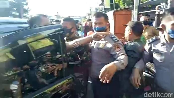 Polisi di garut ancam tembak massa guru