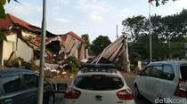 Potret Bagian Depan Kantor OJK Jateng-DIY yang Roboh di Semarang