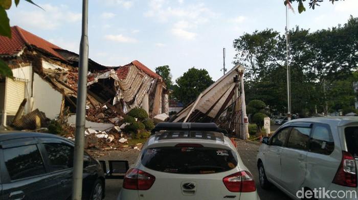 Bangunan bagian depan kantor OJK Jateng-DIY di Semarang roboh. Kepolisian saat ini sudah berada di lokasi kantor yang merupakan peninggalan Oei Tiong Ham itu.