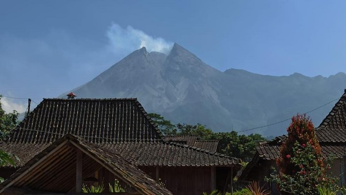 Puncak Gunung Merapi di foto dari Desa Balerante, Kecamatan Kemalang, Klaten, Selasa (28/7/2020).