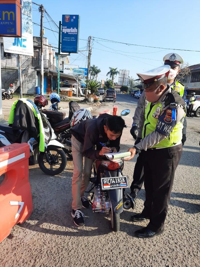 Remaja di Lampung DItilang Karena Pakai Pelat Motor Huruf Thailand