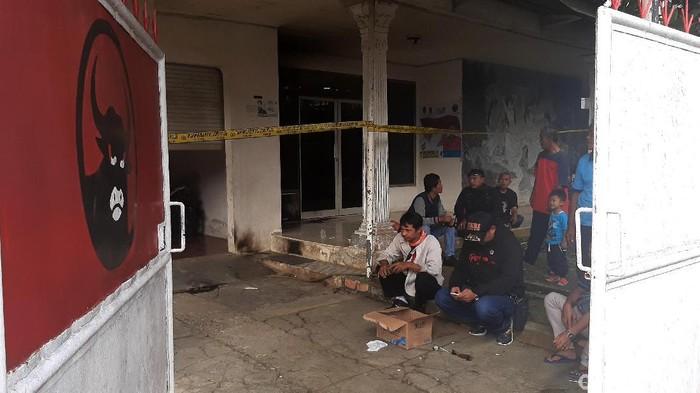 Rumah pengurus DPC PDIP Kabupaten Bogor dilempari bom molotov oleh orang tak dikenal. Garis polisi pun dipasang di area rumah tersebut.
