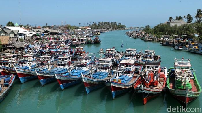 Ratusan kapal nelayan bersandar di Pangkalan Pendaratan Ikan (PPI) Binuangeun di Lebak, Banten. Kapal-kapal itu bersandar di sana karena para nelayan tak melaut