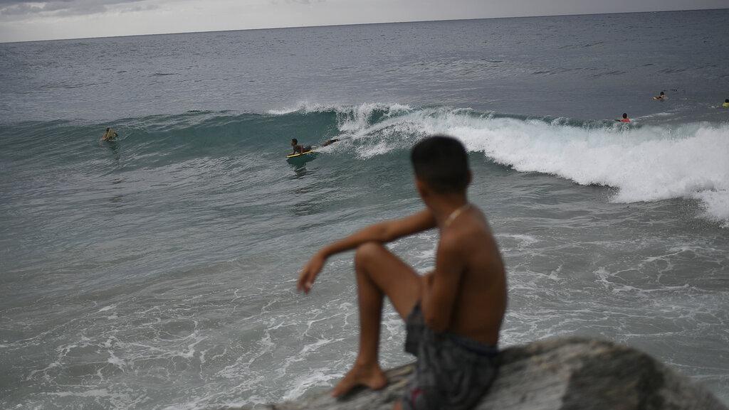 Badai Gonzalo Berlalu, Anak-anak Venezuela Kembali Main di Pantai