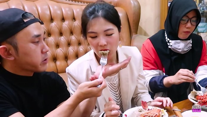 YouTuber Korea cicip bakso lobster