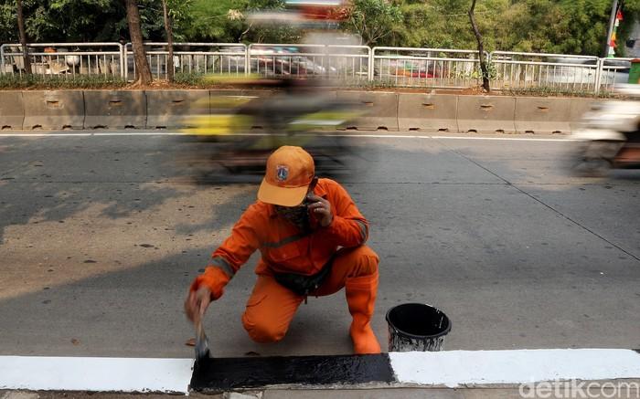 Sejumlah petugas PPSU dikerahkan untuk mengecat trotoar di kawasan Simprug, Jaksel. Pengecetan dilakukan sebagai upaya pemeliharaan trotoar di kawasan itu.