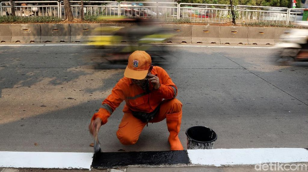 Aksi Pasukan Oranye Percantik Trotoar di Kawasan Simprug
