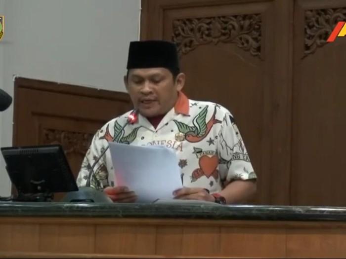 Anggota F-PKS Solo Didik Hermawan memakai kemeja Indonesia Raya ala Gibran di sidang paripurna DPRD Solo