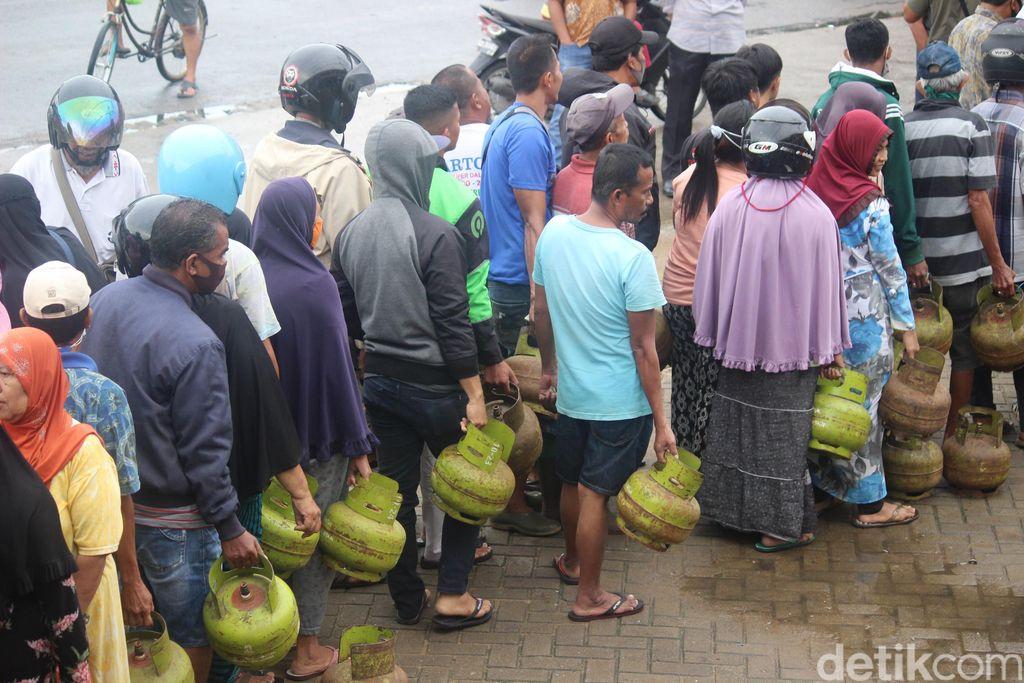 Antrean warga membeli gas elpiji (LPG) 3 kg di Pontianak (Adi Saputro/detikcom)