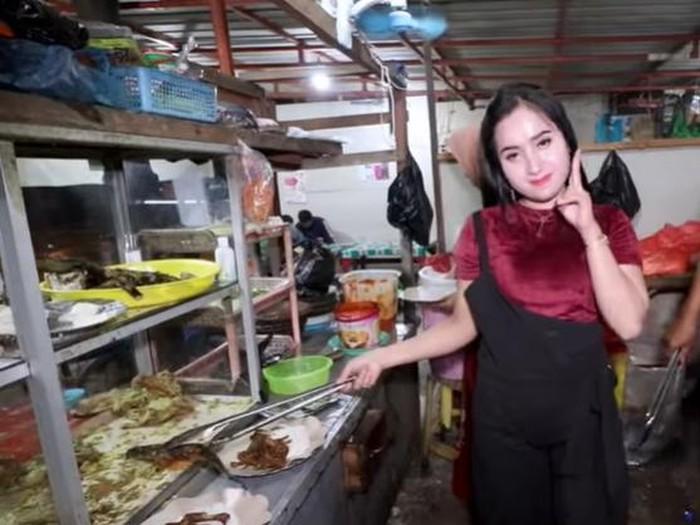 Penjual Bebek Goreng Cantik