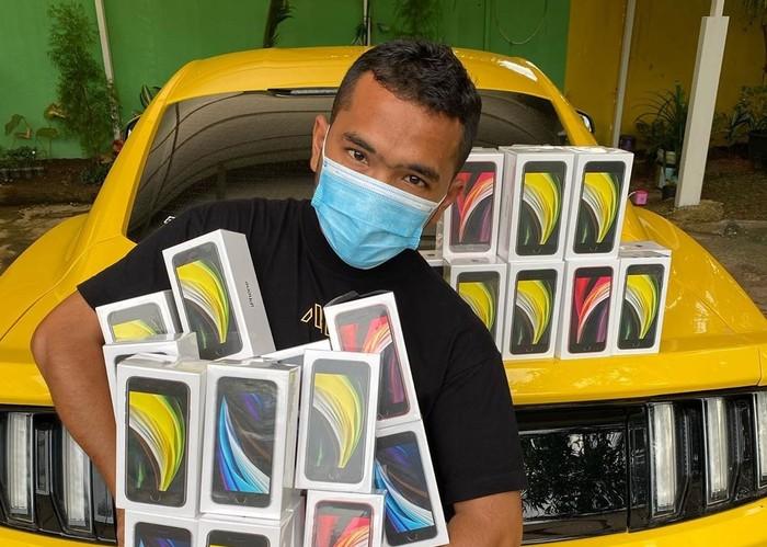 Bos PS Store Putra Siregar bersama koleksi mobilnya