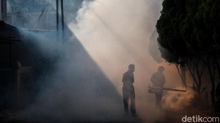 Petugas melakukan fogging di Pondok Aren, Tangerang Selatan, Rabu (29/7/2020). Pengasapan ini untuk membunuh nyamuk penyebab DBD dan chikungunya.