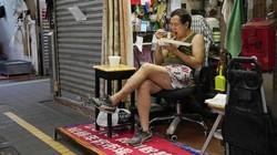 Pemerintah terapkan larangan makan di restoran usai Corona kembali merebak di Hong Kong. Akibatnya warga yang pesan makanan makan di mobil hingga depan restoran