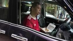 Gegara Corona, Warga Hong Kong Makan di Mobil-Depan Restoran