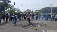 Demo Mahasiswa Unair Diwarnai Aksi Tutup Jalan dan Bakar Kayu