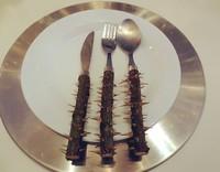 Bagaimana makan dengan sendok, garpu, dan pisay yang pegangannya berduri ini? (dok Bored Panda)