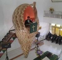 Mimbar gereja berbentuk kerang raksasa. (dok Bored Panda)