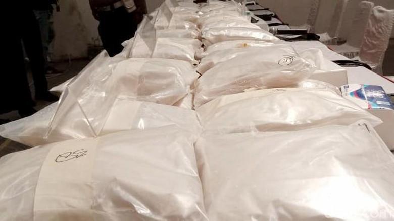 Ada-ada saja modus baru penyelundupan narkoba jaringan internasional berjenis sabu-sabu ini. Kini sabu seberat 200 kg diselundupkan dalam karung Jagung dan berada di gudang Bekasi. Begini potretnya.