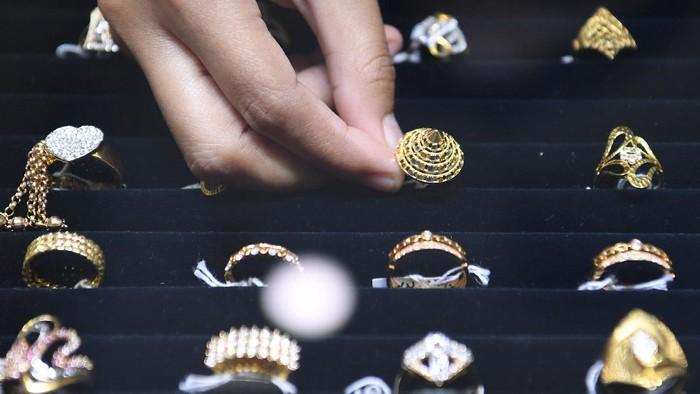 Pekerja menata perhiasan emas yang dijual di Cikini Gold Center, Jakarta, Senin (27/7/2020). Pada Senin (27/7), harga emas Antam berada di Rp997.000 per gram atau naik Rp8.000 per gram dibanding hari sebelumnya. ANTARA FOTO/Hafidz Mubarak A/pras.