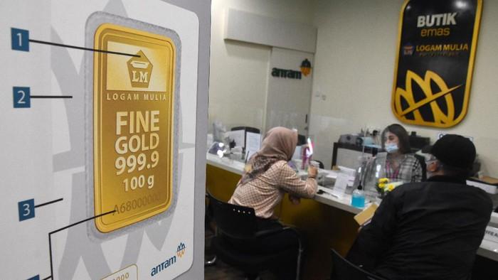 Pengunjung melakukan transaksi jual beli emas di Butik Emas Antam, Jakarta, Selasa (28/7/2020). Harga jual emas PT Aneka Tambang (Persero) Tbk pada Selasa (28/7) tembus ke posisi Rp1,022 juta per gram atau naik Rp25 ribu dibanding hari sebelumnya. ANTARA FOTO/Indrianto Eko Suwarso/hp.