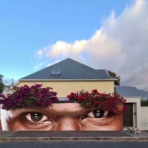 Bunga-bunga seolah menjadi alis dari mural wajah. (dok Falko Fantastic)