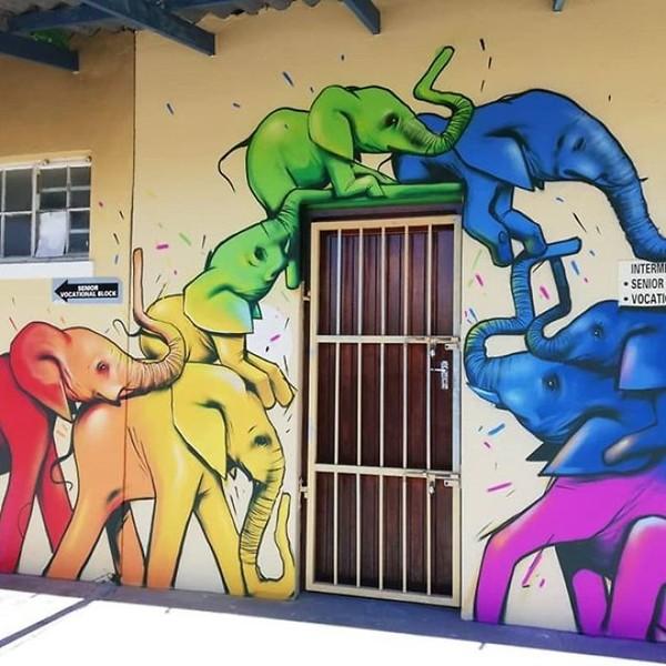 Kumpulan anak gajah digambar seolah memanjat pintu rumah. Gemas! (dok Falko Fantastic)