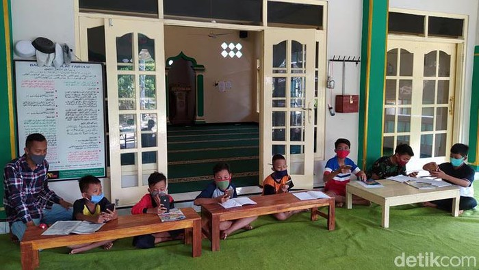 Masjid At-Taqwa di Kabupaten Magelang ramai didatangi anak-anak hingga mahasiswa. Mereka datang untuk belajar online dengan manfaatkan WiFi gratis di masjid itu