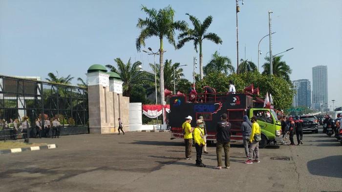 Jelang demo tolak RUU Omnibus Law di depan Gedung DPR.