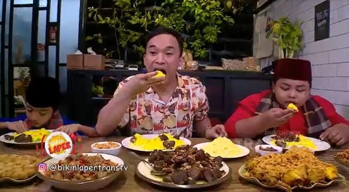 Makan Nasi Kuning dan Empal Enak