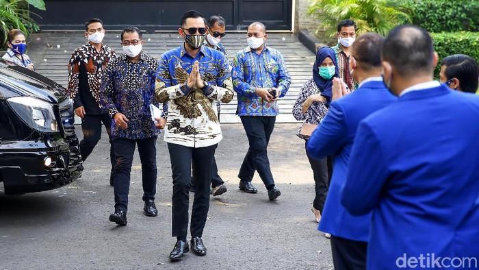Ketum Partai Demokrat Agus Harimurti Yudhoyono (AHY) mendatangi kantor DPP PAN. Disana AHY bersilaturahmi dengan para pengurus partai tersebut.