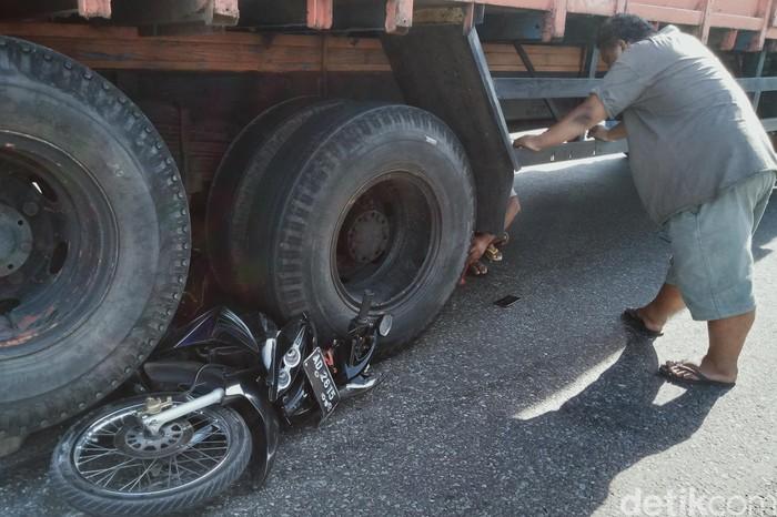 Motor terlindas truk di jalan lingkar Delanggu, Klaten, Rabu (29/7/2020).