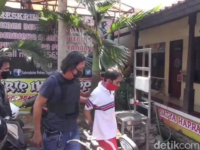 Pelaku pembunuh pasutri di Tegal berkaos putih