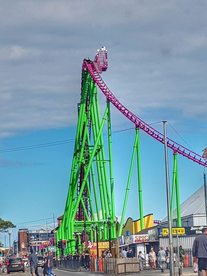 pengunjung terjebak di rollercoaster inggris
