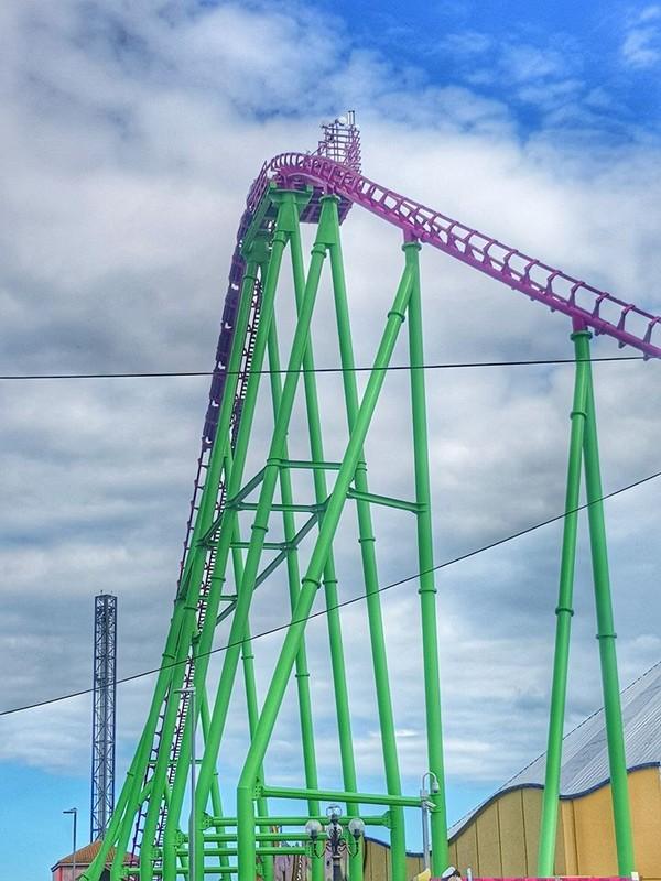 Juru bicara Fantasy Island mengatakan wahana itu rusak karena kesalahan drive rollercoaster yang memicu salah satu dari beberapa lapisan sistem keselamatan wahana dan penumpang. Akibatnya kereta berhenti dan mengunci. (Julie Day Sadler Photography/Facebook)