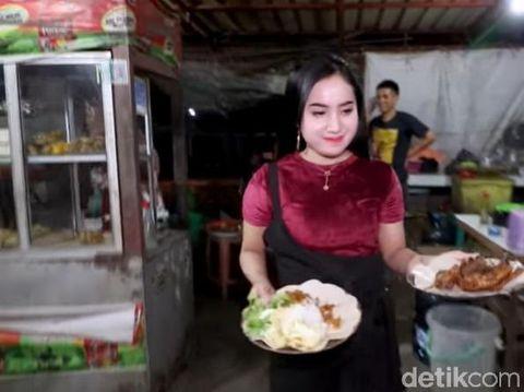 Penjual bebek goreng cantik di Surabaya