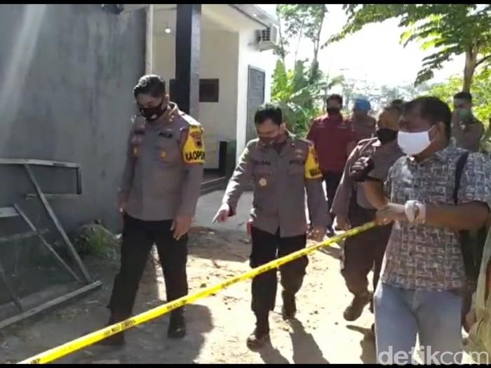 Polisi olah TKP di rumah pasutri yang tewas dianiaya di Kabupaten Tegal, Rabu (29/7/2020).