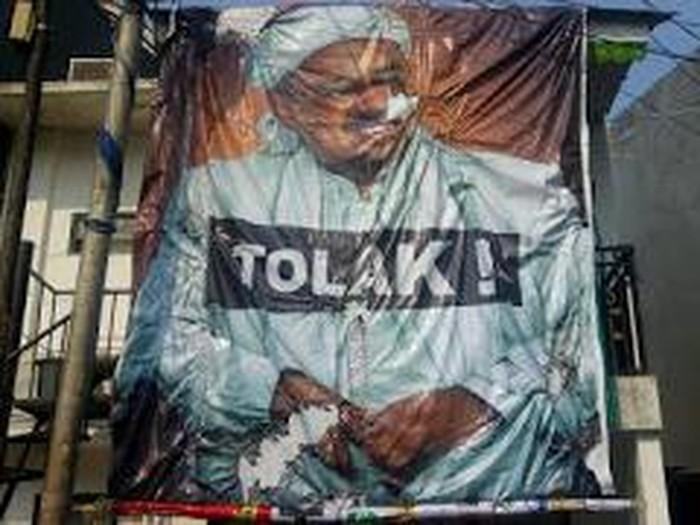 Poster Habib Rizieq yang coba dibakar massa, kini dipasang di Markas FPI di Petamburan.