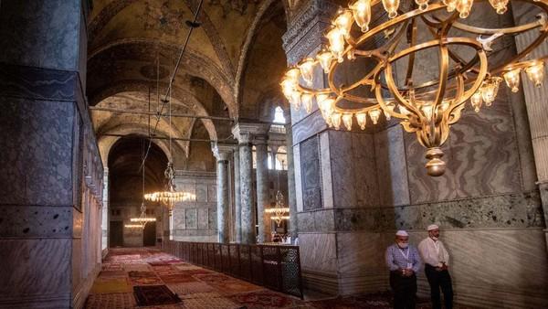 Sejarah menyebut bangunan megah karya Mimar Sinan, Anthemius dari Tralles, Isidore of Miletus ini kerap beralih fungsi. Awalnya tempat ini adalah gereja besar, kemudian difungsikan sebagai masjid di pemerintah Ottoman hingga kemudian menjadi museum pada awal abad ke-19.